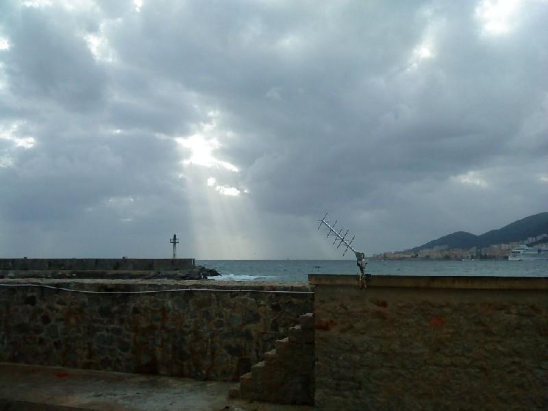 Antenne satellite Yagi à Ajaccio (crédits SHOM, 2010)