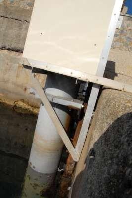 Caisson et tube du marégraphe (crédits SHOM)