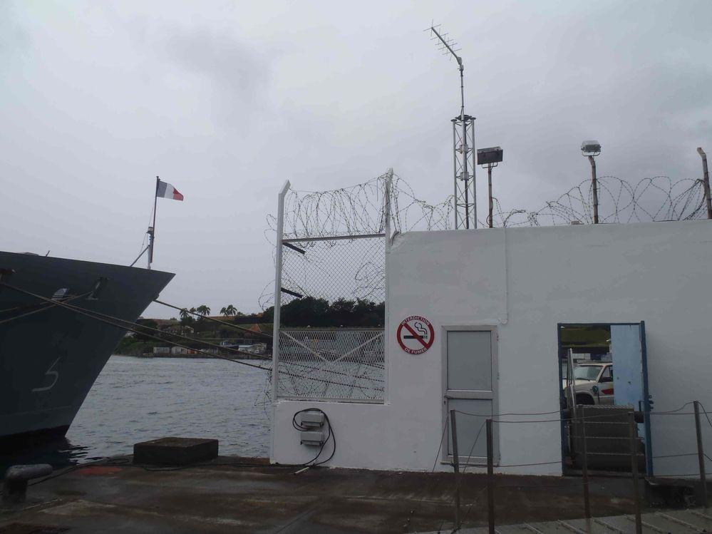 Antenne de transmission sur le toit de l'observatoire (Crédits SHOM, déc. 2011)