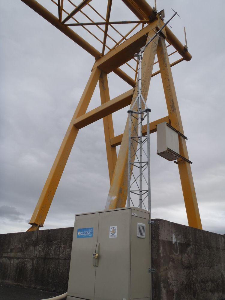 Mât et antenne de transmission Temps réel Sainte-Marie (Crédits SHOM, 2011)