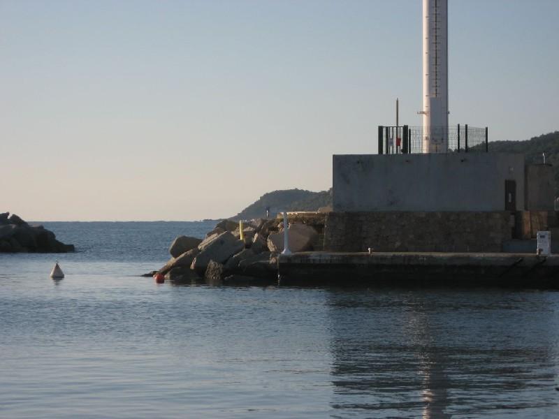 Marégraphe et entrée du port de Solenzara (crédits SHOM, 2010)