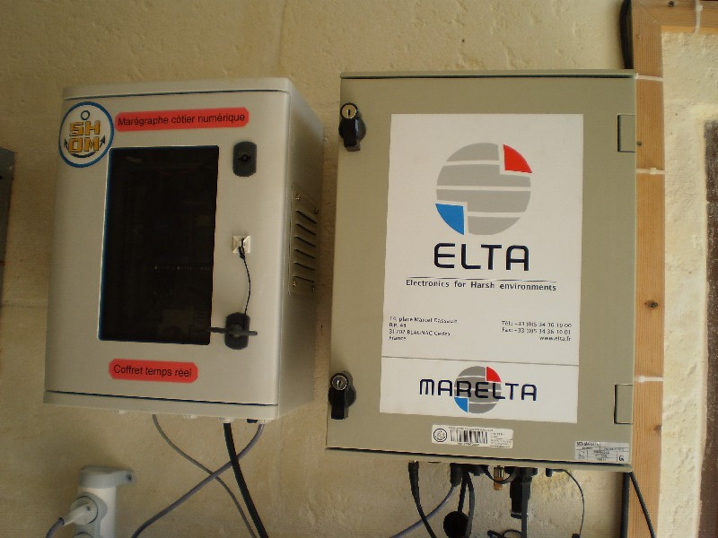 Centrale d'acquisition et coffret de transmission temps réel (crédits SHOM, 2011)