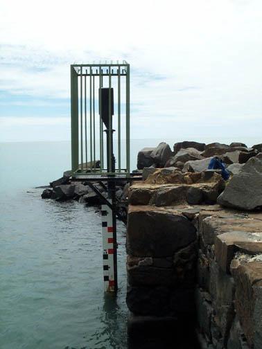 Observatoire marégraphique avec OTT R16 et échelle de marée (Crédits DM973, 2001)