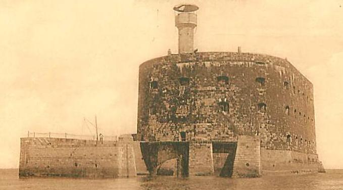 Fort-Boyard at the beginning of the 20th century, which was a SHOM tide gauging observatory from 1873 to 1909 (Photo credits unknown, 1900-1920)