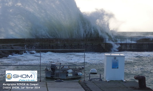 View of the Le Conquet tide gauge (foreground) and the seawall protecting the port in the background at high tide - coefficient 114, Finistère (N. Pouvreau, Photo credits SHOM - 1 February 2014) - Click photo to enlarge