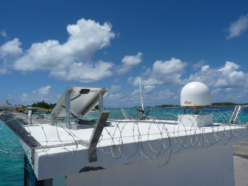 Toit observatoire marégraphique Makemo avec antenne GNSS (Crédits SHOM, octobre 2013)