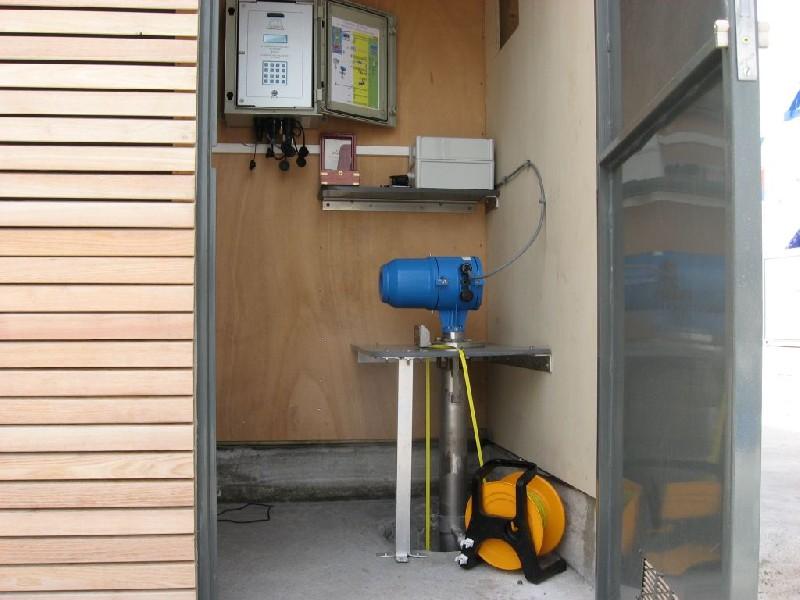 Intérieur local avec télémètre, centrale et sonde lumineuse (crédits SHOM, 2008)