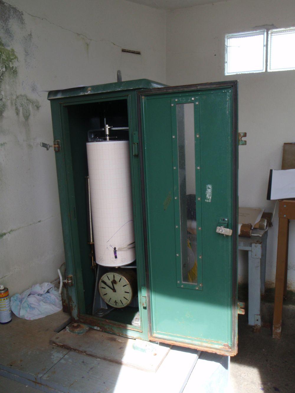 Marégraphe mécanique ayant fonctionné jusqu'en 2011 (crédits SHOM, 2010)