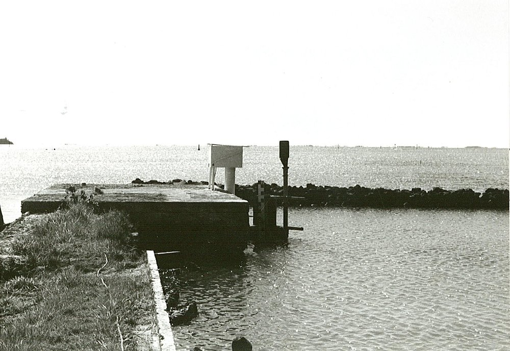 à gauche : marégraphe de l'UHSLC, à doite : OTT R16 (crédits SHOM, 1984)