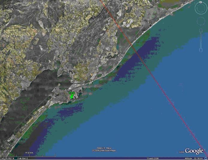 Situation du marégraphe par rapport à la trace au sol du satellite Jason (crédits Google Earth)